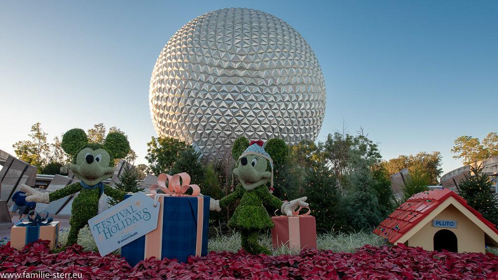 Mickey und Minnie vor Spaceship Earth